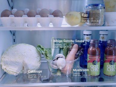 비전 인공지능(Vision AI) 기반 냉장고 속 식재료 및 상품 인식하는 모습으로, 냉장고 안 계란, 양배추 등의 채소, 고추장 소스가 보이고, 유통기한 등 관련 정보가 보인다.
