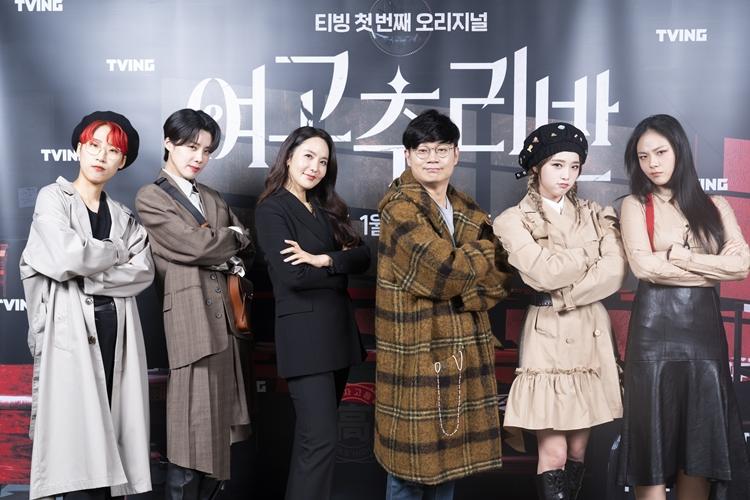 아나운서 박지윤, 예능인 장도연, 연반인 재재, 가수 비비, 걸그룹 '아이즈원'의 최예나, 그리고 정종연 PD가 카메라를 향해 포즈를 취하고 있다.