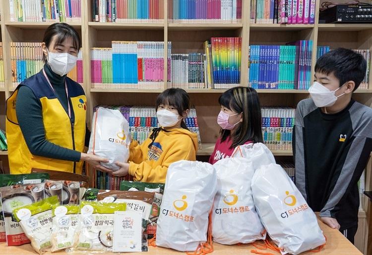 CJ나눔재단 관계자가 서울 광진구 소재 한 지역아동센터를 찾아 설날 먹거리를 전달하고 있다