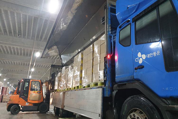 전국으로 의약품을 수송하는 CJ대한통운 간선차량의 모습으로 지게차가 간선차량에 의약품을 싣고 있다.