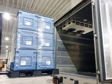 적정 온도를 유지할 수 있는 의약품 전담배송차량의 모습으로 의약품을 싣은 지게차가 차량 화물칸에 물품을 넣고 있다.