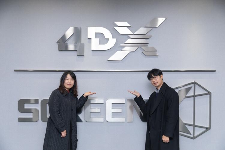 왼쪽부터 이지혜PD와 정브르가 4DX 로고 앞에서 포즈를 취하고 있는 모습.