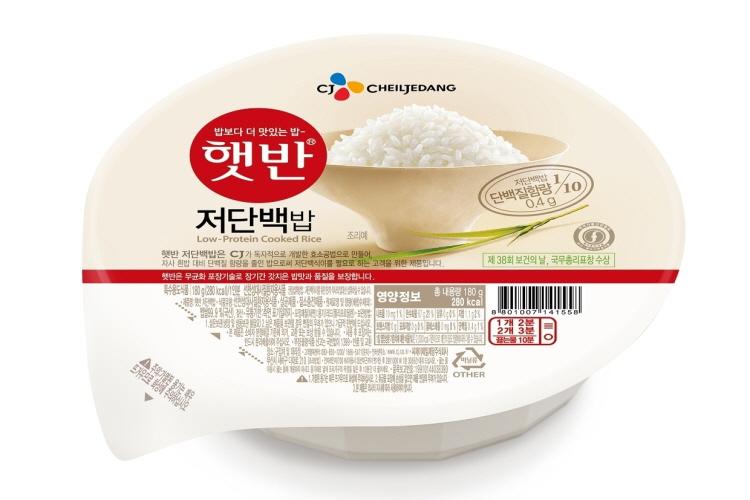 햇반 저단백밥 제품 사진으로, 유관상 기존 햇반 제품과 동일하나, '햇반 저단백밥'이란 제품명과 단백질함량 0.4g이 표시되어 있다.