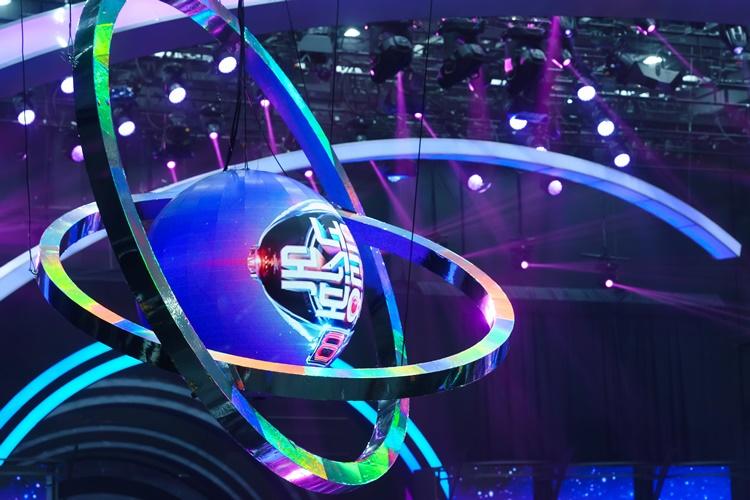 지난 1월 29일(금) 첫 방송 된 Mnet '너의 목소리가 보여8' 메인 무대로, 천정 위에 매달린 커다란 구 모형에 '너의 목소리가 보여 8' 타이틀이 삽입되어 있다.