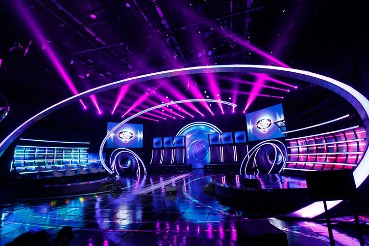 지난 1월 29일(금) 첫 방송 된 Mnet '너의 목소리가 보여8' 메인 무대 전경으로, 양쪽에는 각각 사회자와 호스트, 그리고 패널들이 서거나 앉아 있는 공간이 마련되어 있고, 무대 중앙 뒤편에는 방송 참가자들의 공간이 마련되어 있다.