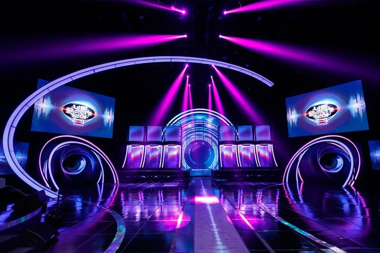 지난 1월 29일(금) 첫 방송 된 Mnet '너의 목소리가 보여8' 메인 무대 전경으로, 무대 중앙 뒤편에는 방송 참가자들의 공간이 마련되어 있고, 양 옆 상단에는 '너의 목소리가 보여 8' 타이틀 로고가 띄워진 멀티 비전이 위치해있다.