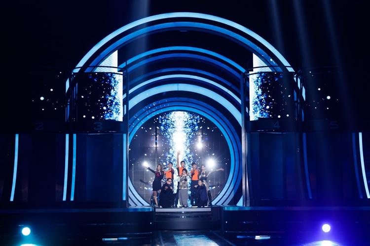 지난 1월 29일(금) 첫 방송 된 Mnet '너의 목소리가 보여8' 참가자의 모습으로, 조명을 받은 후 총 8명의 참가자가 멋진 포즈를 보여주며 기대감을 갖게한다.