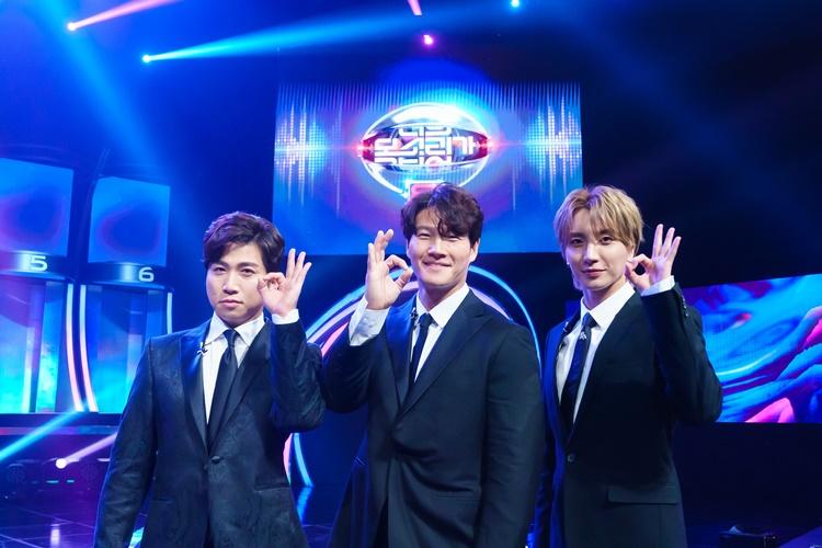 '너의 목소리가 보여8'의 사회자인 (왼쪽부터)유세윤, 김종국, 이특이 손으로 '오케이'를 표시를 하며 포즈를 취하고 있다.