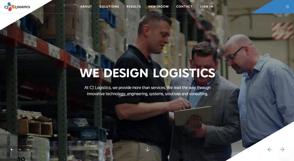 'CJ Logistics'로 브랜드가 통합된 CJ대한통운 미 통합법인 홈페이지(america.cjlogistics.com) 이미지로 물류창고에서 직원들이 머리를 맞대고 회의를 하고 있다.