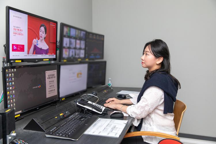 안혜성MD가 모니터 앞에 앉아 홈쇼핑 화면을 보고 있는 모습.