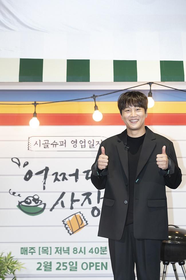 tvN 예능 '어쩌다 사장' 제작보고회 겸 개업식 현장에 검은 정장 차림으로 온 차태현이 쌍엄지를 치켜올리며 웃는 얼굴로 카메라를 향해 포즈를 취하고 있다.