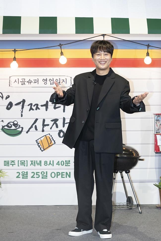 tvN 예능 '어쩌다 사장' 제작보고회 겸 개업식 현장에 검은 정장 차림으로 온 차태현이 두 팔을 벌리며, 웃는 얼굴로 카메라를 향해 포즈를 취하고 있다.