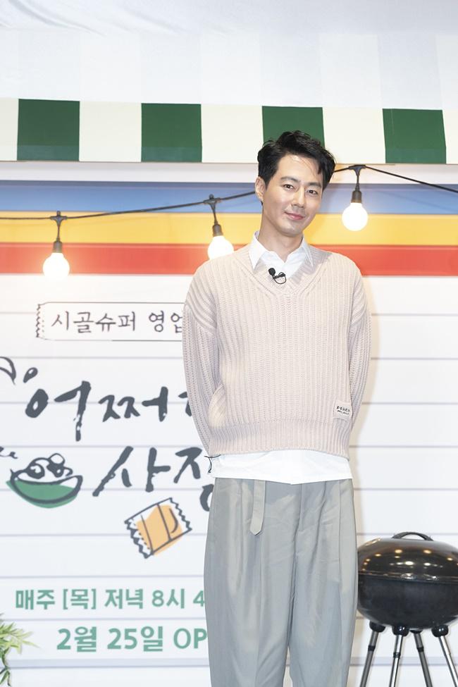 tvN 예능 '어쩌다 사장' 제작보고회 겸 개업식 현장에 아이보리색 의상을 입은 조인성이 뒷짐을 지고 카메라를 향해 미소를 짓고 있다.