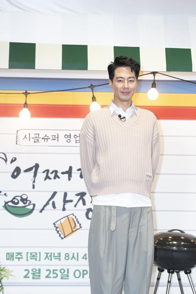 tvN 예능 '어쩌다 사장' 제작보고회 겸 개업식 현장에 아이보리색 의상을 입은 조인성이 뒷짐을 지고 카메라를 정면으로 쳐다보며 미소를 짓고 있다.