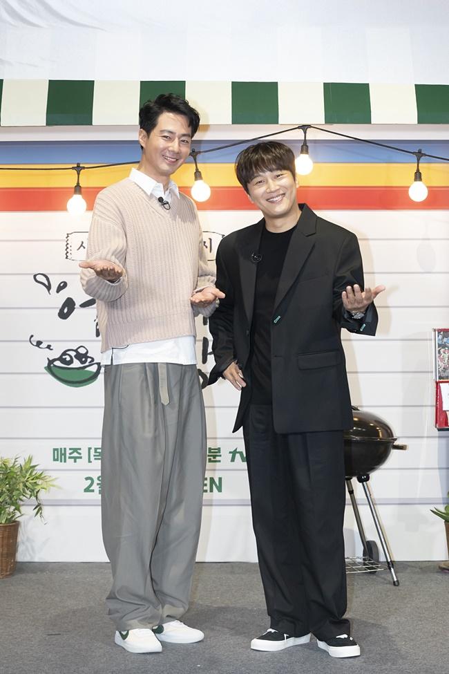 tvN 예능 '어쩌다 사장' 제작보고회 겸 개업식 현장을 찾은 조인성, 차태현이 서서 손님을 맞이하는 모습으로 두 손을 펼치며 카메라를 향해 미소를 짓고 있다.
