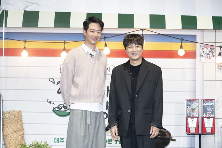 tvN 예능 '어쩌다 사장' 제작보고회 겸 개업식 현장을 찾은 조인성은 뒷짐을 지고, 차태현은 정자세로 카메라를 향해 미소를 짓고 있다.