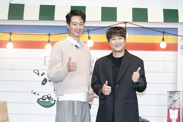 tvN 예능 '어쩌다 사장' 제작보고회 겸 개업식 현장을 찾은 조인성, 차태현이 서서 쌍엄지를 치켜올리며, 카메라를 향해 미소를 짓고 있다.