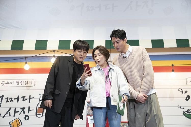 tvN 예능 '어쩌다 사장' 제작보고회 겸 개업식 현장에 참석한 차태현, 박경림, 조인성이 함께 스마트폰을 보며 라이브 제작보고회에 참여한 이들의 댓글을 확인하고 있다.