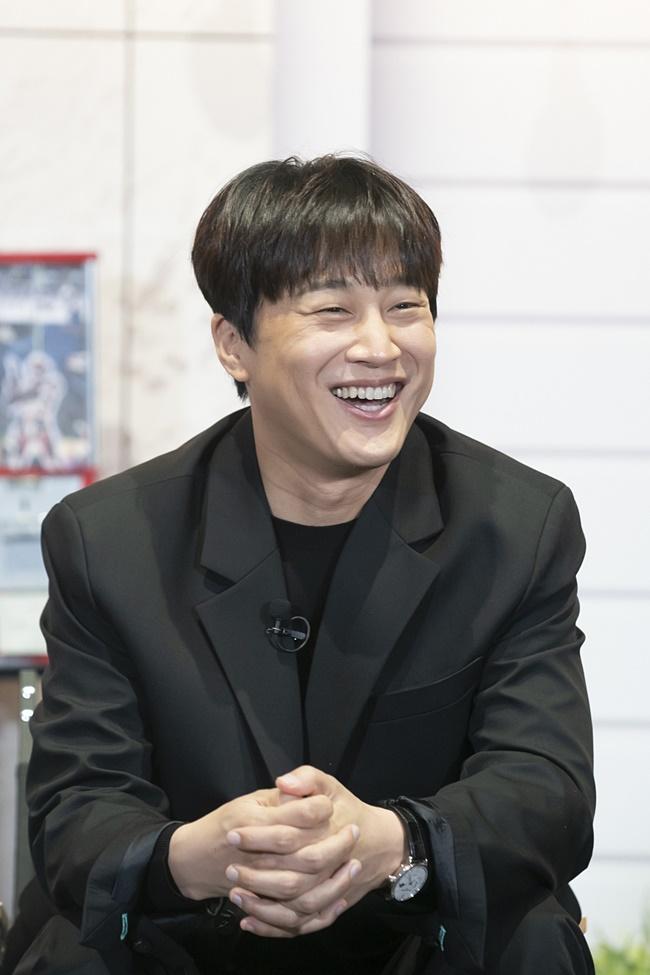 tvN 예능 '어쩌다 사장' 제작보고회 겸 개업식 현장의 모습으로, 의자에 앉은 차태현이 미소를 짓고 있다.