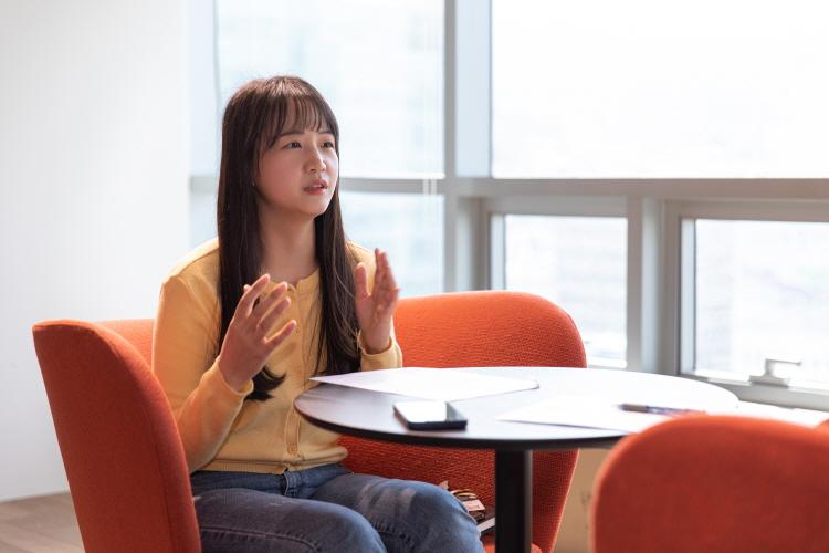 유튜브 채널 '지구를 지켜츄'의 다이아 티비 홍다애 PD가 의자에 앉아 인터뷰에 응하고 있다.