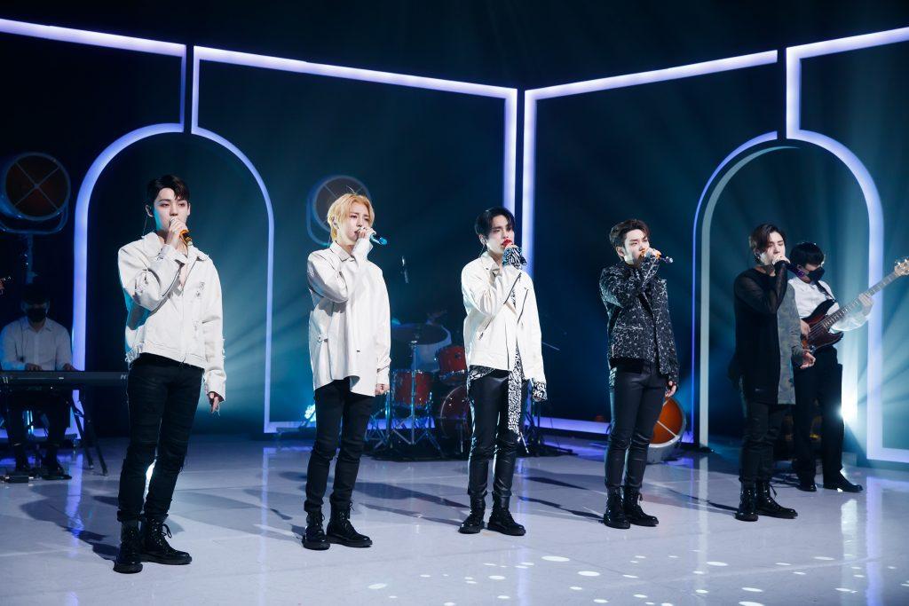 '케이콘택트3'에서 도쿄 온라인 월드투어 공연을 선보인 A.C.E의 다섯 멤버들이 저마다 마이크를 잡고 노래를 부르고 있다.