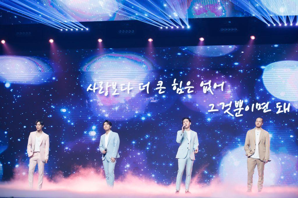 '케이콘택트3'에서 방콕을 배경으로 네 명의 하모니를 보여준 BTOB 네 멤버의 모습으로, '사랑보다 더 큰 힘은 없어 그것뿐이면 돼'라는 가사를 배경으로 한 무대에서 노래를 부르고 있다.