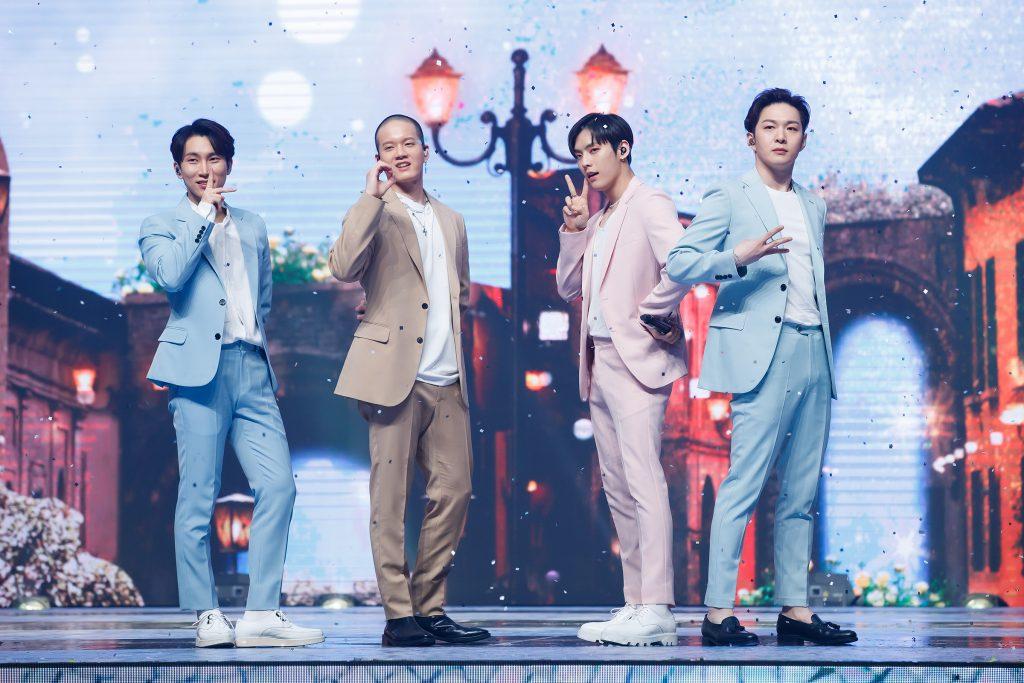 '케이콘택트3'에서 방콕을 배경으로 네 명의 하모니를 보여준 BTOB 네 멤버의 모습으로, 저마다 V, 하트 등 저마다 손가락 제스처를 보여주며 온라인으로 열광해준 팬들에게 화답을 보내고 있다.