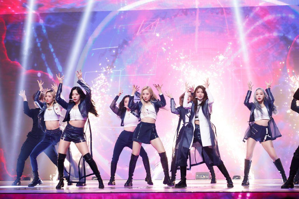 '케이콘택트3'에서 온라인으로 LA를 열광시킨 드림캐쳐의 모습으로 일곱 멤버 모두 검은색이 가미된 와일드한 무대 의상을 입고 곡에 맞춰 춤을 추고 있다.