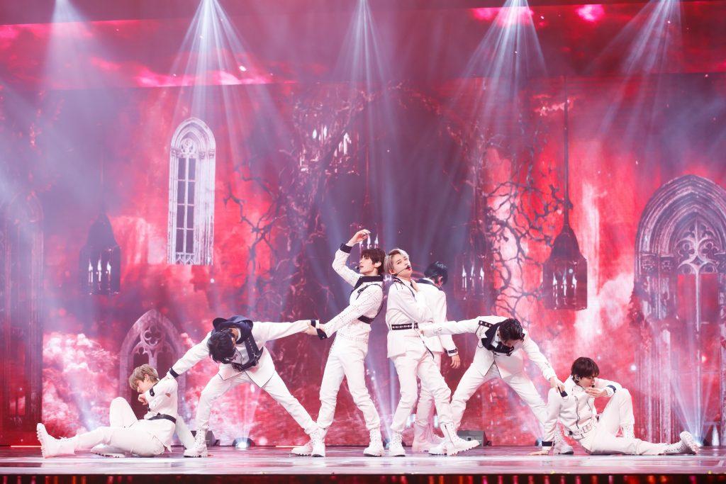 '케이콘택트3'에서 파리를 배경으로 강렬한 무대를 선보인 엔하이픈의 모습으로 멤버 모두 붉은색 무대를 배경으로 피라미드 형상을 떠올리게 하는 안무를 보여주고 있다.