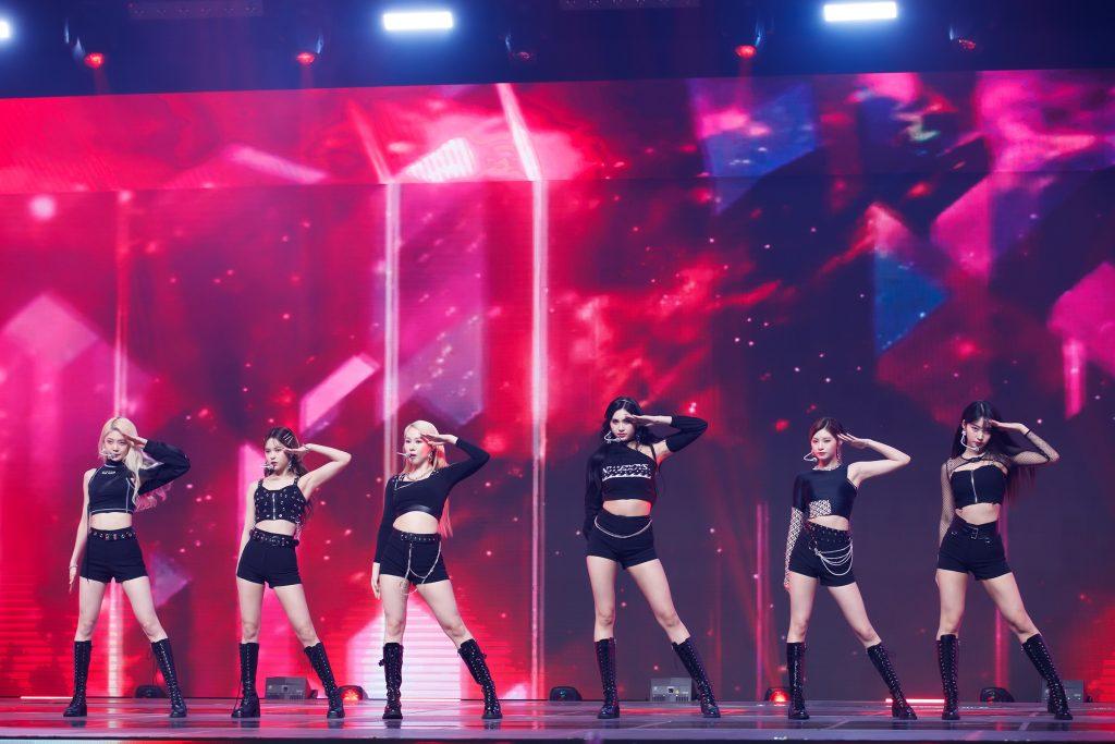 '케이콘택트3'에서 도쿄로 온라인 월드투어를 떠난 에버글로우의 모습으로 여섯 멤버 모두 거수 경례 퍼포먼스를 보여주고 있다.