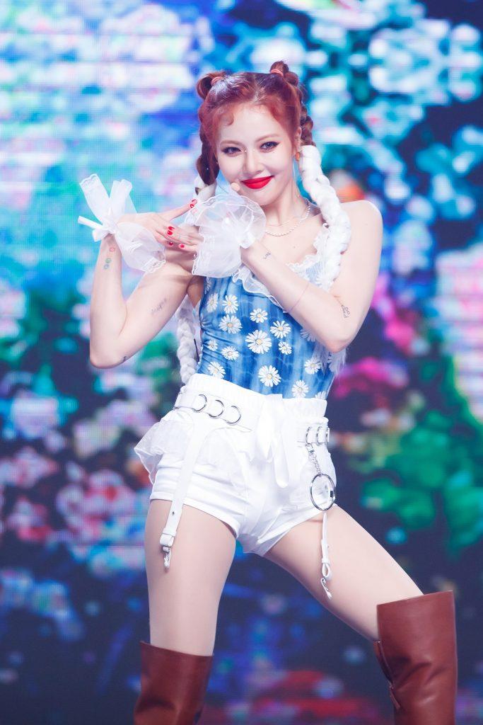 '케이콘택트3'에서 온라인으로 도쿄 열도를 뜨겁게 달군 현아가 봄에 맞는 꽃무늬 상의와 흰색 팬츠를 입고 흰색 장식품을 한 채 카메라를 향해 미소를 짓고 있다.