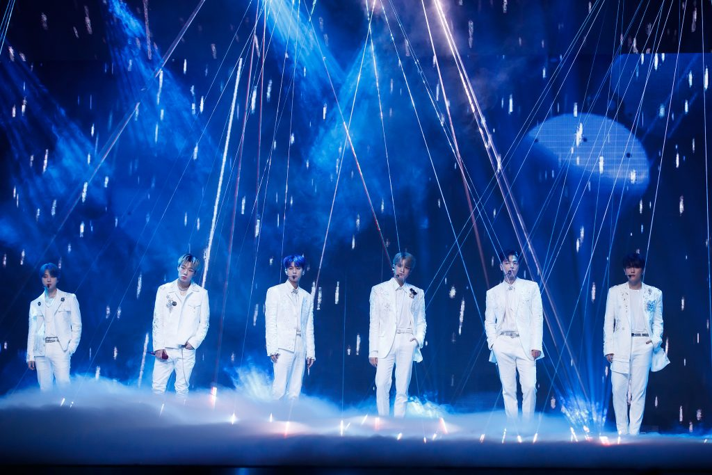 Paris In The Rain! '케이콘택트3'에서 파리를 배경으로 빗속 감성 무대를 선사한 iKON의 여섯 멤버가 포즈를 취하고 있다.