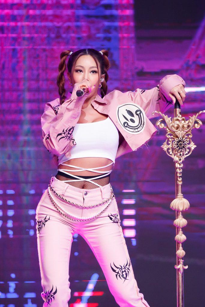 '케이콘택트3'에서 센 언니 에너지를 파리까지 전파한 제시가 멋진 문양의 마이크 스탠드를 잡고 노래를 부르고 있다.