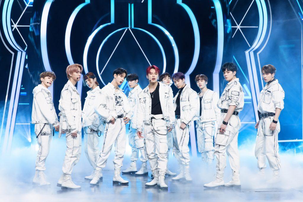 '케이콘택트3'에서 도쿄 온라인 월드투어 공연을 진행한 JO1 멤버들의 모습으로 흰색 의상으로 맞춰 입은 11명의 멤버가 카메라를 향해 포즈를 취하고 있다.
