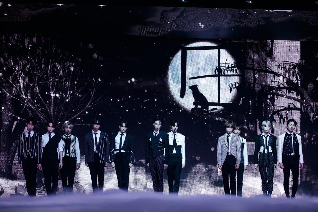'케이콘택트3'에서 LA 온라인 월드투어를 떠난 멋진 남자들, THE BOYZ의 무대로, 호러 영화에 나올법한 무대 구성 안에서 멋진 슈트를 입은 11명의 멤버가 포즈를 취하고 있다.