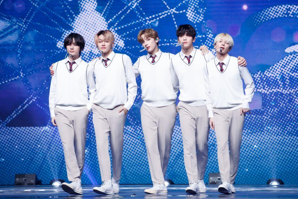 '케이콘택트3'에서 LA에 소년미 뿜뿜~ 내뿜은 TOMORROW X TOGETHER의 모습으로 보이그룹다운 스쿨룩을 보여준 5명의 멤버가 무대에서 포즈를 취하고 있다.