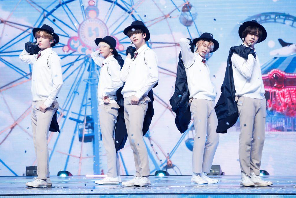 '케이콘택트3'에서 LA에 소년미 뿜뿜~ 내뿜은 TOMORROW X TOGETHER의 모습으로 보이그룹다운 스쿨룩을 보여준 5명의 멤버가 무대에서 상의를 활용한 안무를 보여주고 있다.