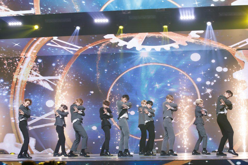 '케이콘택트3'에서 방콕으로 온라인 월드투어를 떠난 TO1의 모습으로 멤버들 모두 불꽃이 등장하는 무대를 등지고 슈트를 입은 채 멋진 퍼포먼스를 보여주고 있다.