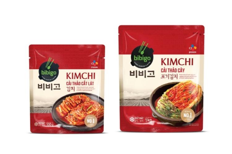 베트남에서 만든 비비고 김치 패키지 모습. 빨간색 바탕에 김치가 그릇에 담긴 사진이 있고, 비비고 KIMCHI라고 적혀 있다.