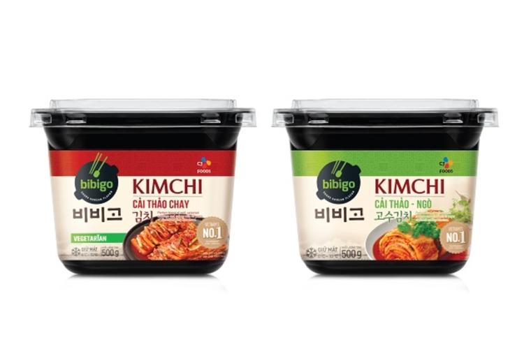 베트남 현지 입맛에 맞게 개발한 비비고 김치와 고수 김치 패키지 모습. 비비고 김치는 검은 플라스틱 패키지에 빨간 바탕의 라벨이 붙어있고 고수김치에는 초록 라벨이 붙어있다.