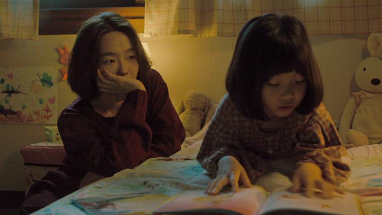 영화 '정말 먼 곳' 스틸로, 딸 설을 데리러 온 은영(이상희)이 설의 방에 앉아 딸을 애뜻하게 바라보고 있다.(사진 출처: 네이버 영화)