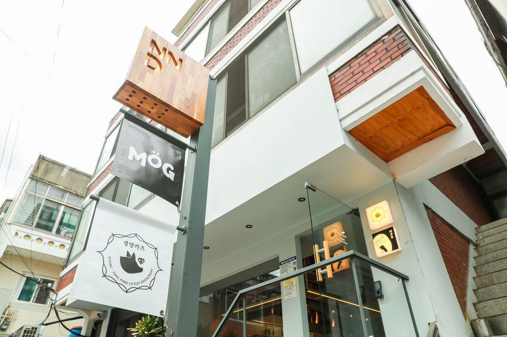 성수동에 위치한 나누다키친 공유식당 1호점. 이곳은 낮엔 경양식을 파는 '경영카츠', 밤에는 대창, 전복 내장 등의 특수부위 재료로 요리를 제공하는 '오팔'로 운영된다.