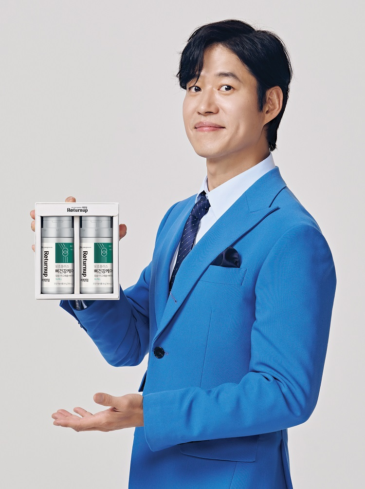 CJ제일제당 건강기능식품 전문 브랜드 '리턴업' 신규모델로 발탁된 배우 유준상이 제품을 선보이고 있다
