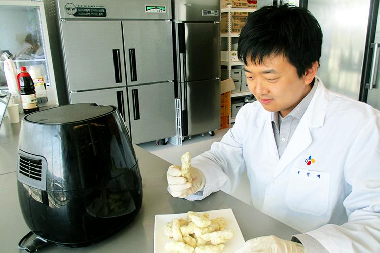 고메 탕수육 고기, 튀김 관련 개발을 맡은 김현석 님. 연구실에서 고메 탕수육을 들고 있는 모습.