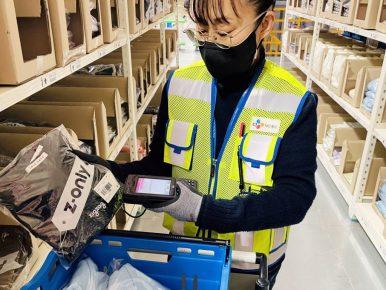 CJ대한통운 e-풀필먼트 1년…성장 '가속' 붙었다는 보도자료에 CJ대한통운 곤지암 e-풀필먼트 센터에서 지그재그 의류 상품의 발송 준비작업을 하고 있는 직원의 모습이 삽입되어 있다.