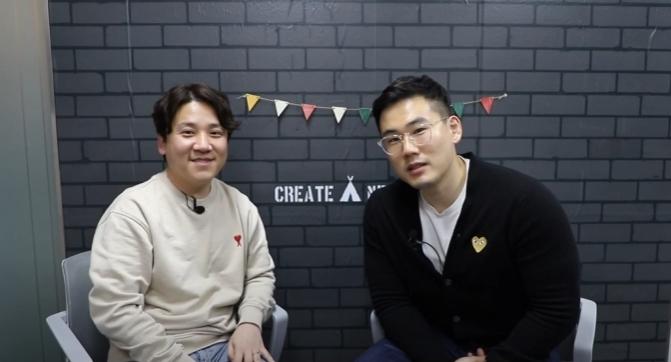 CJ제일제당 건강)영업팀 김환성 님과 그의 동기가 자리에 앉아 인터뷰를 나누고 있는 모습으로 김환성 님이 마무리 멘트를 하는 중이다.