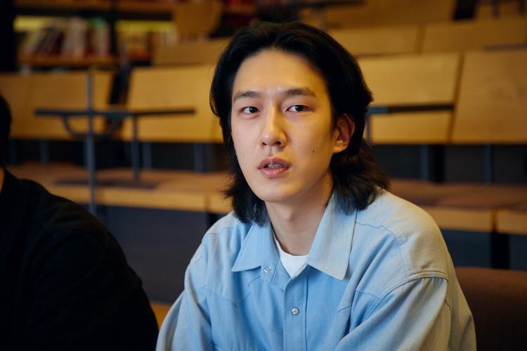 '이동진의 라이브톡' 담당자인 윤진호 님이 프로그램 관련해 이야기를 나누고 있다.