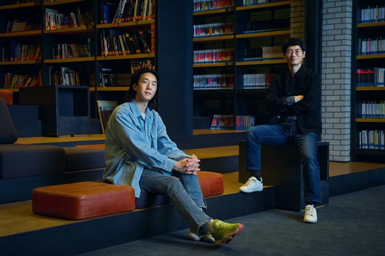 '이동진의 라이브톡' 담당자인 윤진호 님(왼쪽), 이원재(오른쪽)님이 CGV명동역라이브러리 내 강연 공간에 앉아 카메라를 보고 포즈를 취하고 있다.