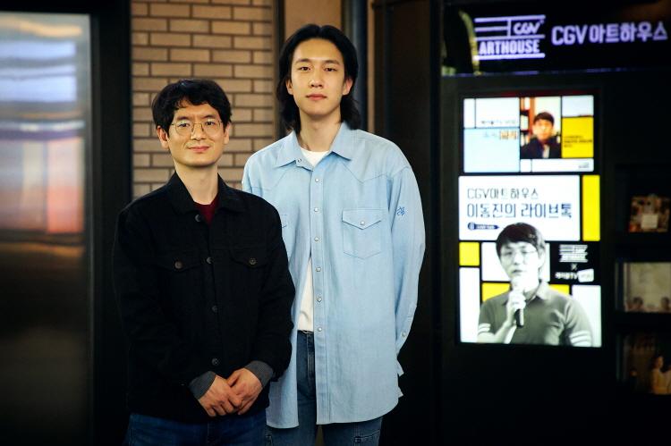 '이동진의 라이브톡' 담당자인 윤진호 님(오른쪽), 이원재(왼쪽)님이 CGV명동역라이브러리 내 로비에서 카메라를 보고 포즈를 취하고 있다.