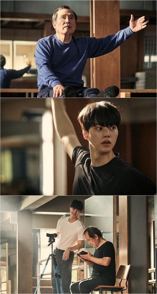 송강, 박인환 주연의 tvN 드라마 '나빌레라' 주요 스틸 장면으로  이채록(송강)에게 발레를 배우는 심덕출(박인환)의 모습이 세 컷으로 나눠져 보이고 있다.
